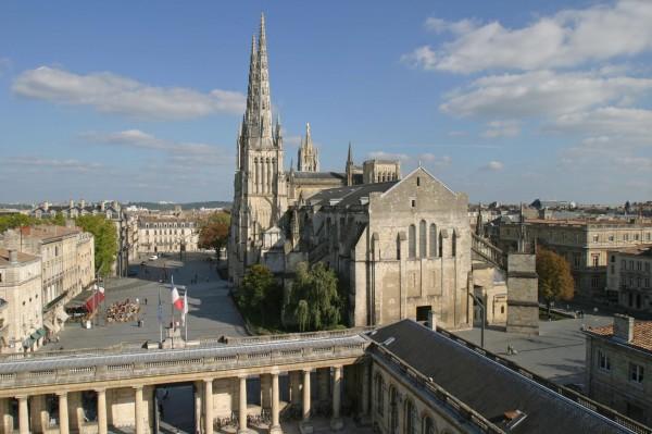 cathédrale saint andré et la place pey-berland depuis la mairie