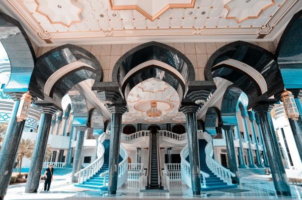 Jame'asr_Hassanil_Bolkiah_Mosque_interior._Bandar_Seri_Begawan,_Brunei,_Southeast_Asia