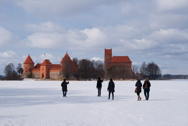Walking-on-the-frozen-lake-of-Trakai
