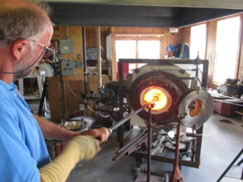 verrerie-la-meduse-artisan-a-loeuvre